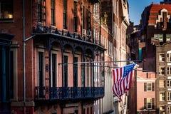 Amerikanische Flagge, die von einem Gebäude in Boston, Massachusetts hängt Stockfoto