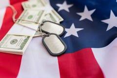 Amerikanische Flagge, Dollargeld und Militärausweise Lizenzfreie Stockbilder