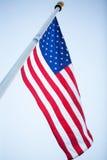 Amerikanische Flagge gegen blauen Himmel Stockfotografie