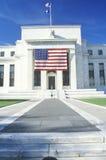 Amerikanische Flagge hing an der Zentralbank-Querneigung, Washington, Gleichstrom C stockbild