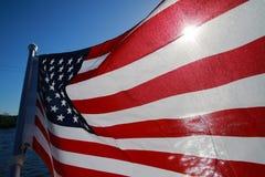 Amerikanische Flagge hintergrundbeleuchtet auf See Lizenzfreies Stockbild