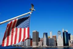 Amerikanische Flagge in Manhattan Stockfotos