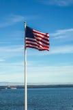 Amerikanische Flagge mit blauem Himmel und Wolken Stockfotos