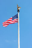 Amerikanische Flagge mit einem Metalladler auf seine Oberseite im Washington DC, USA Lizenzfreie Stockbilder