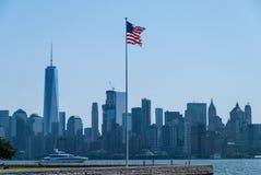Amerikanische Flagge mit Manhattan hinten lizenzfreies stockbild