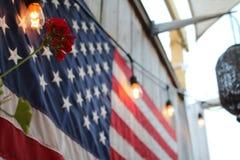 Amerikanische Flagge mit roter Blume Stockfotos