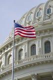 Amerikanische Flagge mit US-Kapitolhaubedetail Lizenzfreies Stockfoto