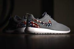 Amerikanische Flagge Nike Roshes lizenzfreies stockbild
