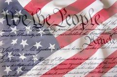 Amerikanische Flagge u. Konstitution Lizenzfreie Stockfotografie