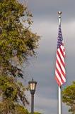 Amerikanische Flagge und altmodischer Lampenpfosten Stockfoto