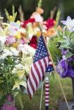 Amerikanische Flagge und Blumen auf Veteran Graveside stockbilder