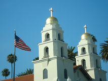 Amerikanische Flagge und eine orthodoxe Kirche Stockbilder