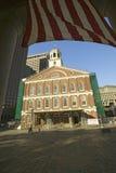 Amerikanische Flagge und historischer Faneuil Hall von revolutionärem Amerika in Boston, Massachusetts, Neu-England Stockfotografie