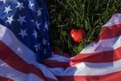 Amerikanische Flagge und rotes Herz Stockbild