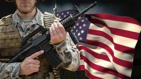 Amerikanische Flagge und Soldat mit Waffe stock video