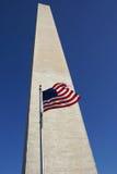 Amerikanische Flagge und Washington-Denkmal Lizenzfreie Stockfotografie