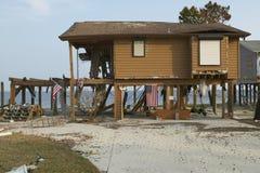 Amerikanische Flagge und zerstörtes Haus Stockfotografie