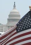 Amerikanische Flagge am US-Kapitol Lizenzfreies Stockfoto