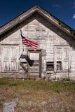 Amerikanische Flagge - verlassener Gemischtwarenladen - Rocky Gap, Virginia lizenzfreies stockfoto
