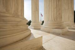 Amerikanische Flagge zwischen Spalten des Höchsten Gerichts Lizenzfreie Stockfotografie