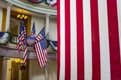 Amerikanische Flaggen am alten Gericht in im Stadtzentrum gelegenem St. Louis Lizenzfreie Stockbilder