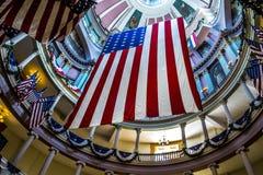 Amerikanische Flaggen am alten Gericht in im Stadtzentrum gelegenem St. Louis Lizenzfreie Stockfotografie