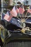 Amerikanische Flaggen auf Hood Ornament des Oldtimers Stockfoto