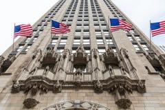 Amerikanische Flaggen, die auf Chicago-Wolkenkratzer fliegen Lizenzfreie Stockfotos