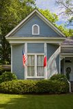 Amerikanische Flaggen, die am Haus hängen lizenzfreie stockfotografie