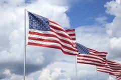 Amerikanische Flaggen eines Denkmals für die Veterane, die in die Brise fliegen Lizenzfreie Stockfotografie