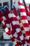 Amerikanische Flaggen gerollt oben in der Lagerung stockbilder