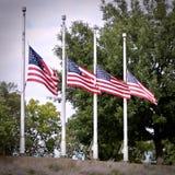 4 amerikanische Flaggen am Halbmast lizenzfreie stockfotos