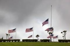 Amerikanische Flaggen am nationalen Kirchhof Stockfotos
