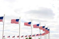Amerikanische Flaggen um das Washington-Denkmal Stockbilder