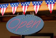 Amerikanische Flaggen und geöffnetes Zeichen Lizenzfreies Stockfoto