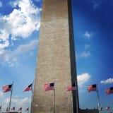 Amerikanische Flaggen am Washington-Denkmal Lizenzfreies Stockfoto