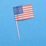 Amerikanische FlaggeToothpick auf einem blauen Hintergrund. Stockfoto