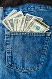 Amerikanische Geld Dollar-Rechnungen in der Jean-hinteren Tasche Stockbilder