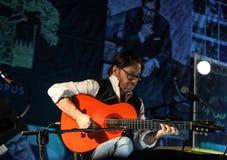 Amerikanische Jazzfusion und lateinische Jazzgitarrist Al Di Meola-Ausführung Live auf dem Kijow Mittestadium in Krakau, Polen lizenzfreies stockfoto