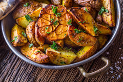 Amerikanische Kartoffeln Ofenkartoffeln in der Schale Gebratene Kartoffeln mit Knoblauch würzt Salzkreuzkümmel und -kräuter Stockbild