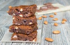 Amerikanische klassische Schokoladenkuchen mit Mandeln Lizenzfreies Stockfoto