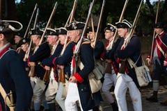 Amerikanische Kolonialsoldaten, die in historisches Williamsburg VA marschieren Stockbilder