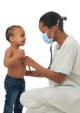 Amerikanische Krankenschwester des Schwarzafrikaners mit dem Kind getrennt Stockbild