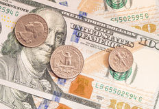 Amerikanische Münzen auf hundert Dollar Banknoten Lizenzfreie Stockfotografie