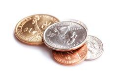 Amerikanische Münzen auf weißem Hintergrund lizenzfreie stockbilder