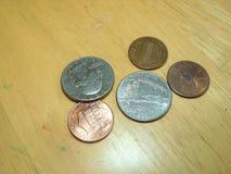 Amerikanische Münzen, die auf Holztisch legen Stockfotografie