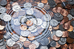Amerikanische Münzen unter Wasser Stockfoto