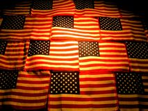 Amerikanische Markierungsfahnen, die Beleuchtung kontrastieren Lizenzfreie Stockfotografie