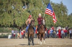 Amerikanische Nomademänner, die zu zu Pferd wringen fertig werden lizenzfreies stockfoto