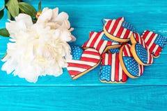 Amerikanische patriotische Plätzchen mit weißer Pfingstrose Stockfotografie